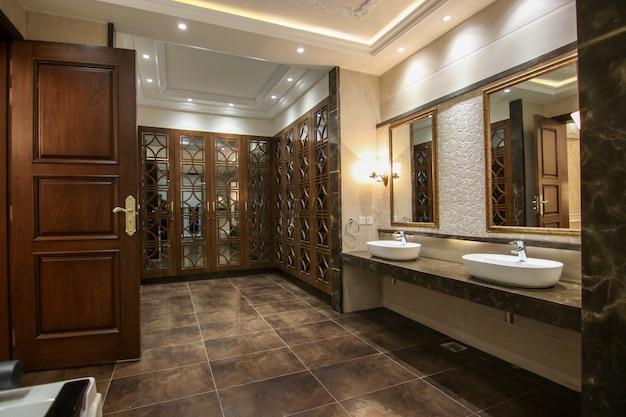 食器棚付きのモダンなデザインの洗面所