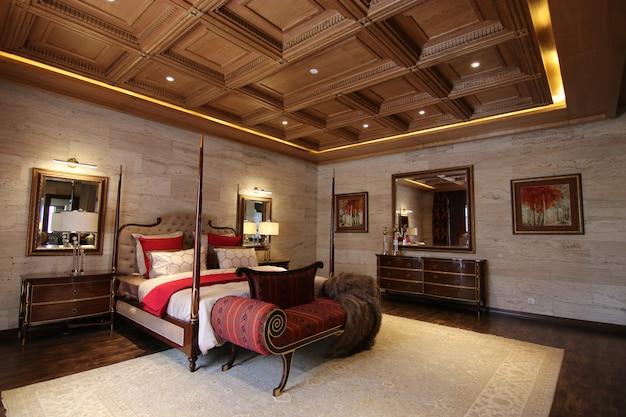 クラシックなインテリアデザインの豪華なベッドルーム