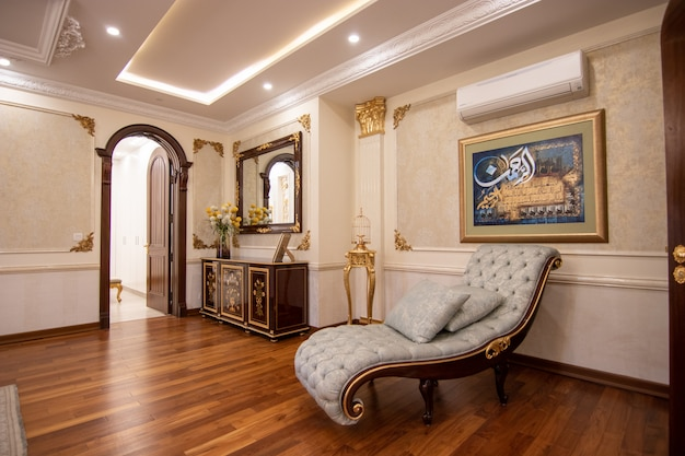 寝室の豪華なソファ