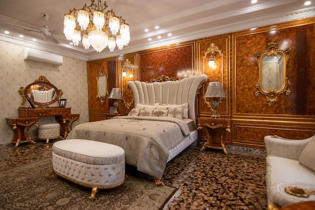 豪華なベッドルームホワイトベッド