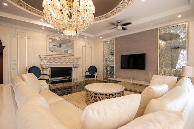 モダンで豪華な家の応接室とダイニングルーム
