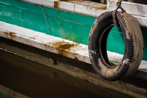 Резиновый бампер снаружи пассажирского корабля.
