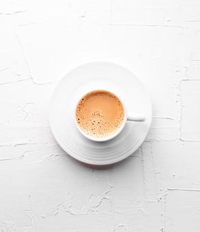 ホワイトテクスチャテーブルの上の紅茶のカップ