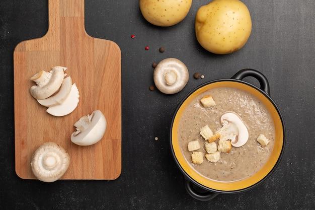 黒いボウルにシャンピニオンキノコのクリームスープ