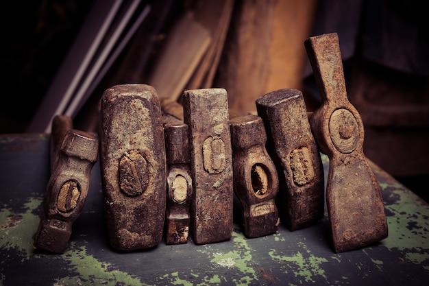 古いハンマーとさびた釘のセット。金属表面のツール。