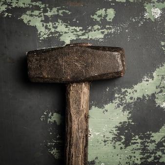 Старый и поцарапанный молоток на металлической поверхности