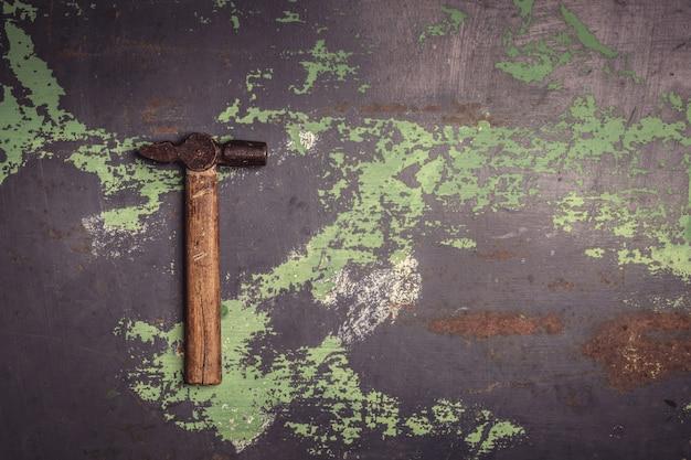 金属表面の古い傷のハンマー