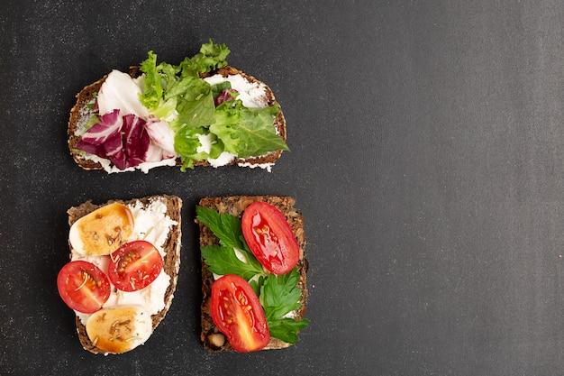 朝食用のライ麦パンの伝統的なデンマークのオープンサンドイッチのバリエーション
