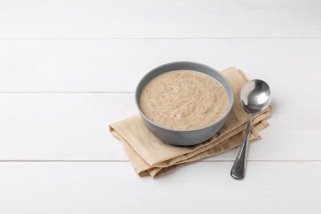 Грибной крем-суп на деревянной поверхности