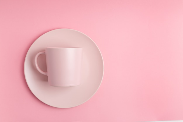 Пустая розовая кружка на розовом фоне