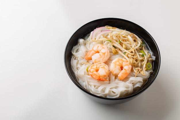 黒のボウルにエビと伝統的なベトナム麺スープフォー