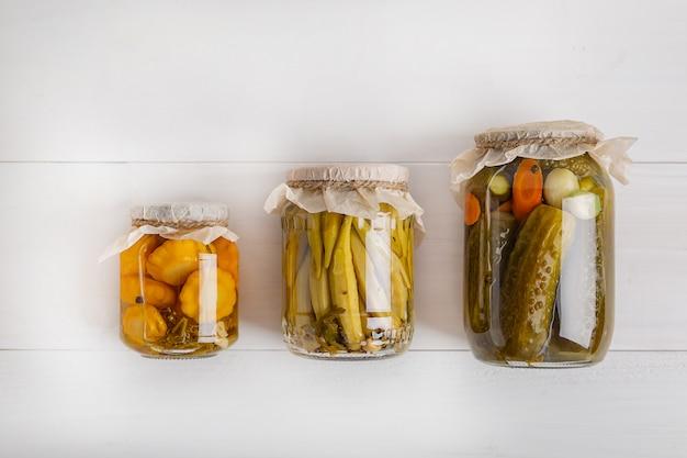 長期保存のためにガラス瓶にさまざまな野菜を塩漬けします。ガラスの瓶に野菜を保存します。上面図。