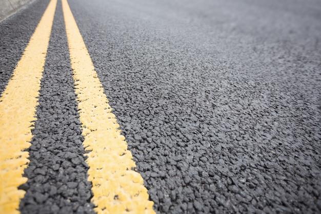 Желтый дорожной разметки на дорожном покрытии