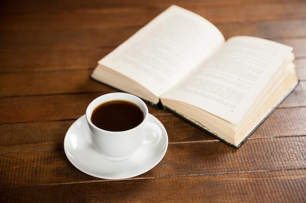 コーヒーカップやブックのクローズアップ