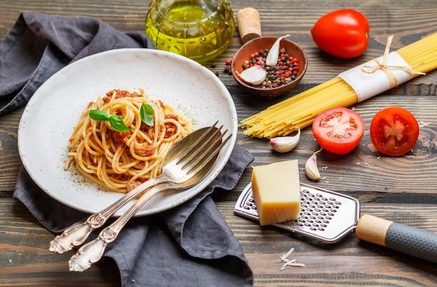 木製のテーブルのスパゲッティボロネーゼ
