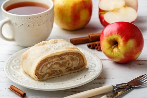 Штрудель с яблоком и корицей