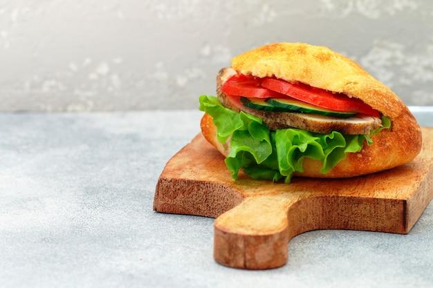 木製のまな板のサンドイッチ