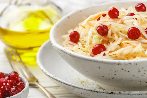 キャベツサラダ。伝統的なロシアの前菜ザワークラウト、クランベリーとニンジン