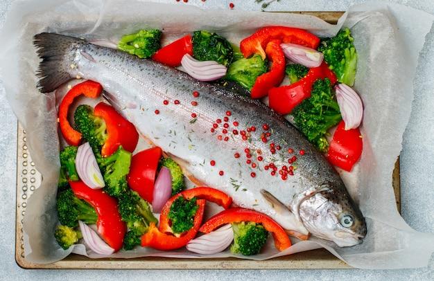 生の新鮮な丸ごと魚(サーモン、マス)と野菜