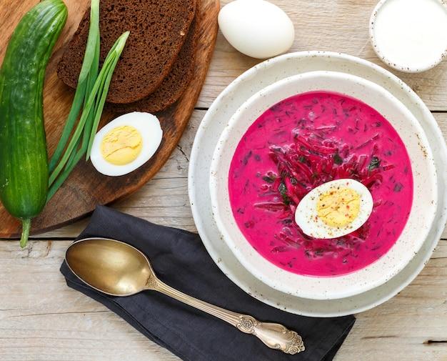 蜂、きゅうり、ジャガイモ、卵、ネギの冷たい夏のベジタリアン料理