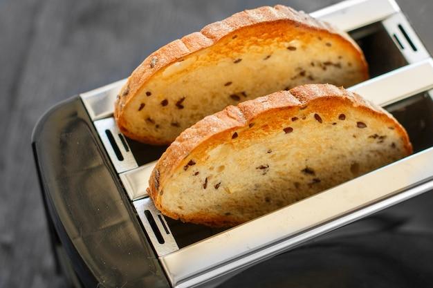 トーストは健康的な朝食です。トースターで亜麻の種子と乾燥パン