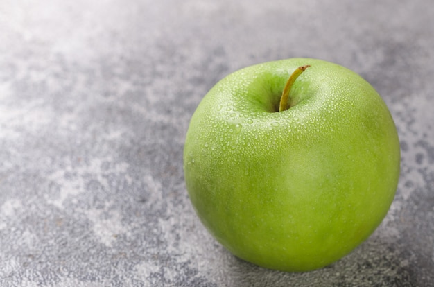 水滴とジューシーな熟した青リンゴ
