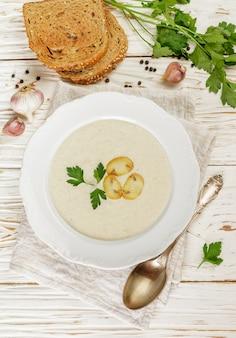 きのこ(シャンピニオン)、パセリ、クルトン入りのおいしいクリームスープ
