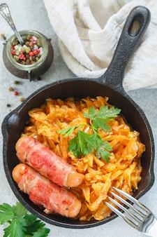 キャベツの煮込み、ニンジン、玉ねぎ、トマト、ソーセージとベーコン、パセリとスパイス