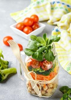 ひよこ豆と野菜のヘルシーなベジタリアンメイソンジャーサラダ-ニンジン、ブロッコリー、トマト、野菜、健康的な食事、ダイエット、デトックス、