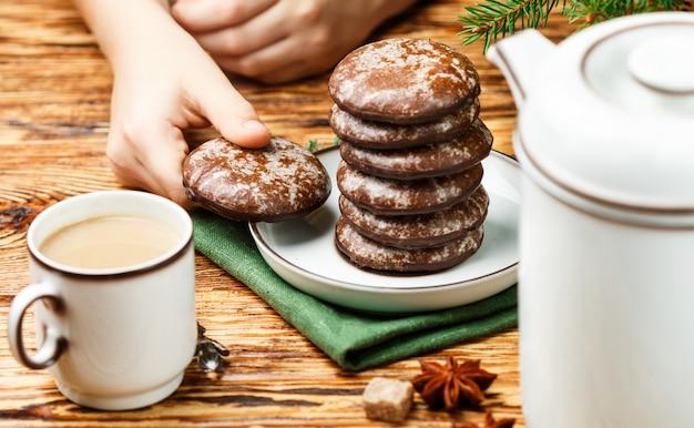 クリスマスのアイシングシュガーとチョコレートのおいしいジンジャーブレッドクッキー。新年