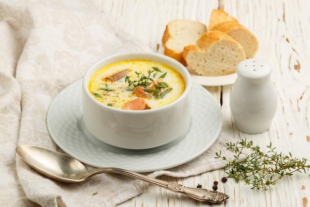 サーモン、ジャガイモ、玉ねぎ、にんじんのクリーミーな魚のスープ、カラケット、フィンランド料理の伝統料理