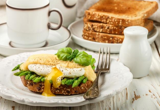 ポーチドエッグとオランデーズソースのパントースト