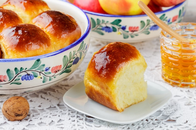 Свежеиспеченные булочки-булочки с медом