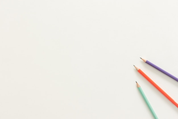最小限の作業スペース - コピースペース白い背景に木製の鉛筆でワークスペースデスクのクリエイティブフラットレイ写真。トップビュー、フラットレイ写真。