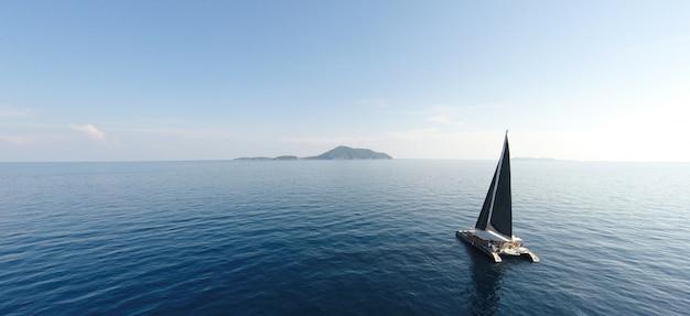 風の強い日の外洋でのヨットセーリングへの素晴らしい眺め。ドローンビュー - 鳥瞰図。 - ブーストアップカラー処理。