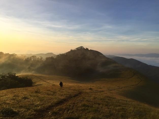 山々のカラフルな秋の風景の夕日、ヴィンテージフィルター画像。