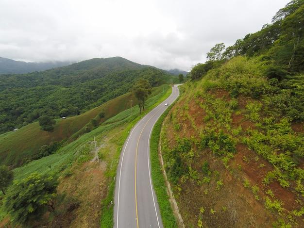 山の上の道の曲がった道の空中像、無人機からのショット。