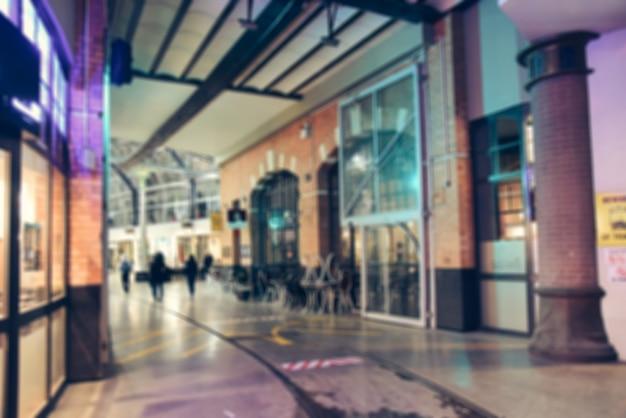 ぼやけた背景 - 街の夜の街の光がぼやけるレトロトーン写真、ヴィンテージフィルター画像。