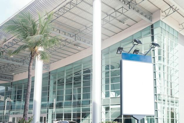 Пустой городской рекламный щит с копией пространства для текстовых сообщений или контент-зданий в фоновом режиме