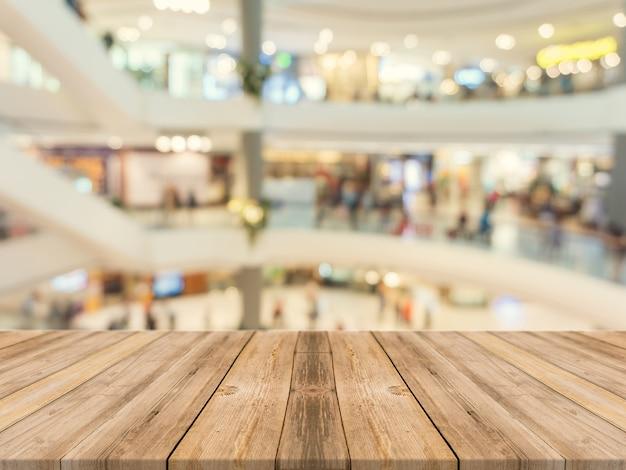 木製のボードの空のテーブルは、背景をぼかし