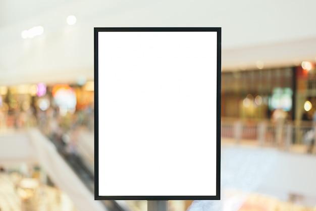 現代のショッピングモールであなたのテキストメッセージまたはコンテンツのためのコピースペースを持つブランクサイン。