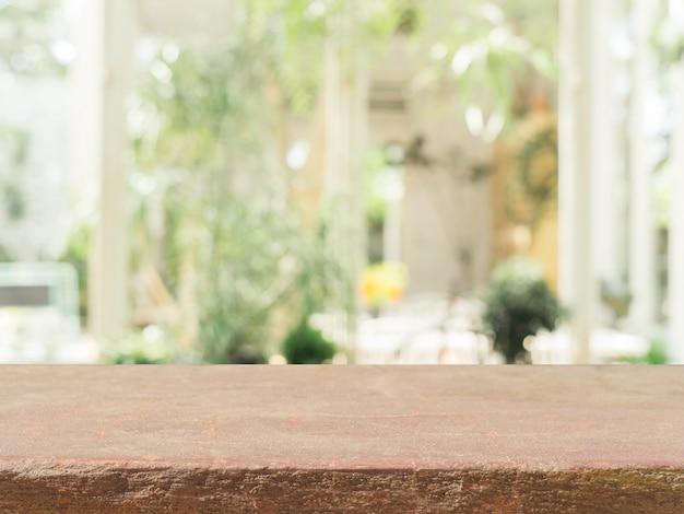 ストーンボード空の表のぼかし背景の前に。コーヒーショップでのぼかしの上に見える茶色の石