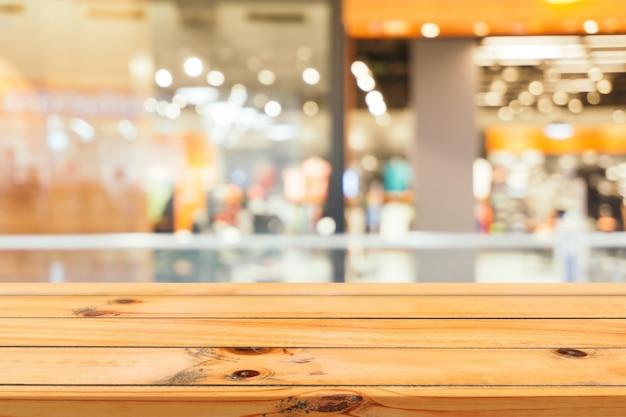 Деревянная доска пустой стол размытый фон. перспективная коричневая древесина размывается в универмаге