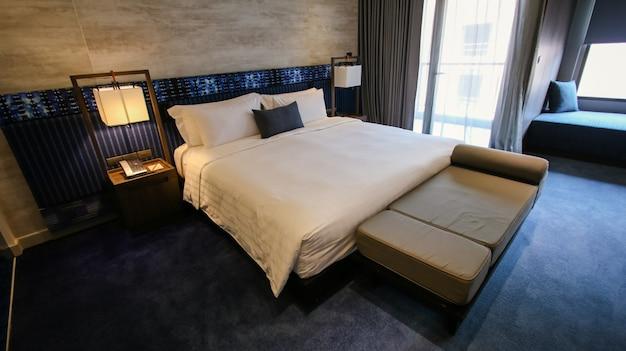 木製の二段ベッドでクリーンなホテルの部屋