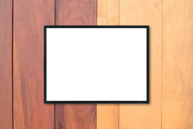 木の壁の空のポスターの額縁をモックアップしなさい。
