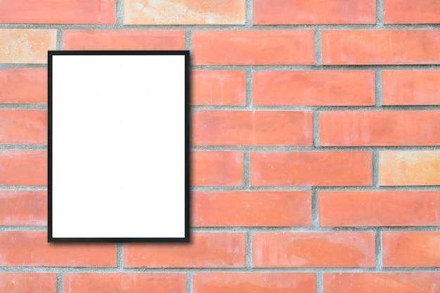 レンガの壁に空のポスターの額縁をモックアップ