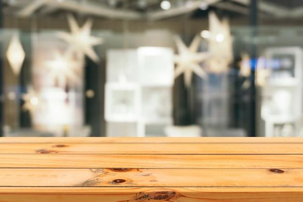 デパートバックグラウンドで木の板の空のテーブルぼかし。
