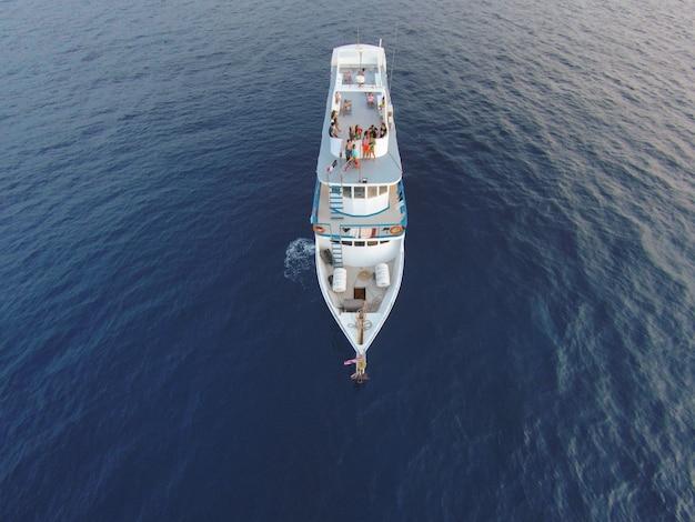 ロマンチックな白いヨットの自由の夕日