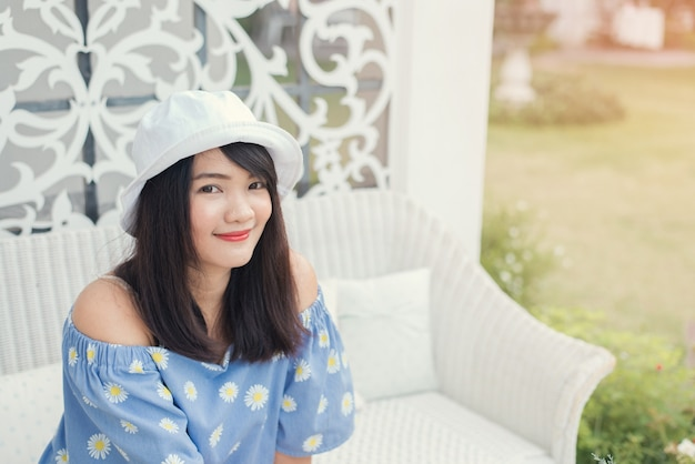 Счастливый вне азиатских человек откровенен