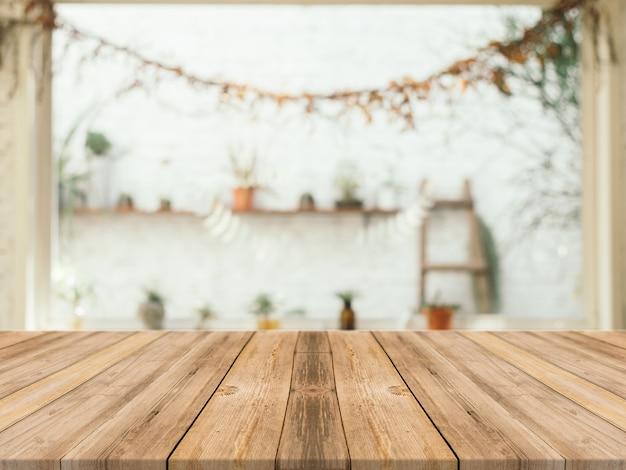 ぼやけた背景を持つ木製テーブル